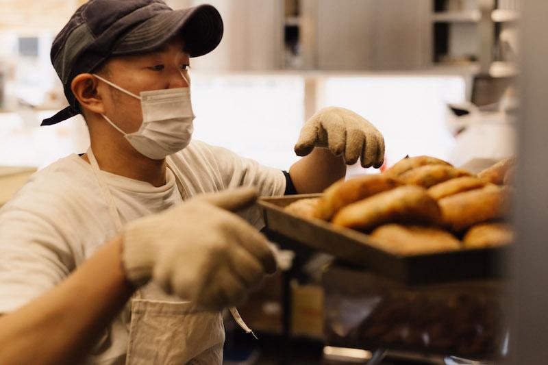 Food Hub Project パン製造責任者の笹川大輔。彼は今回の取り組みを、パン屋の働き方改革だとも話している。