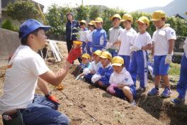 神領小学校2年生 「ミニトマトを育てよう」②土づくり&苗植え