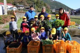 13名の農家さん、かま屋へ野菜を卸す<br/>(神領小学校1年生の取り組み)
