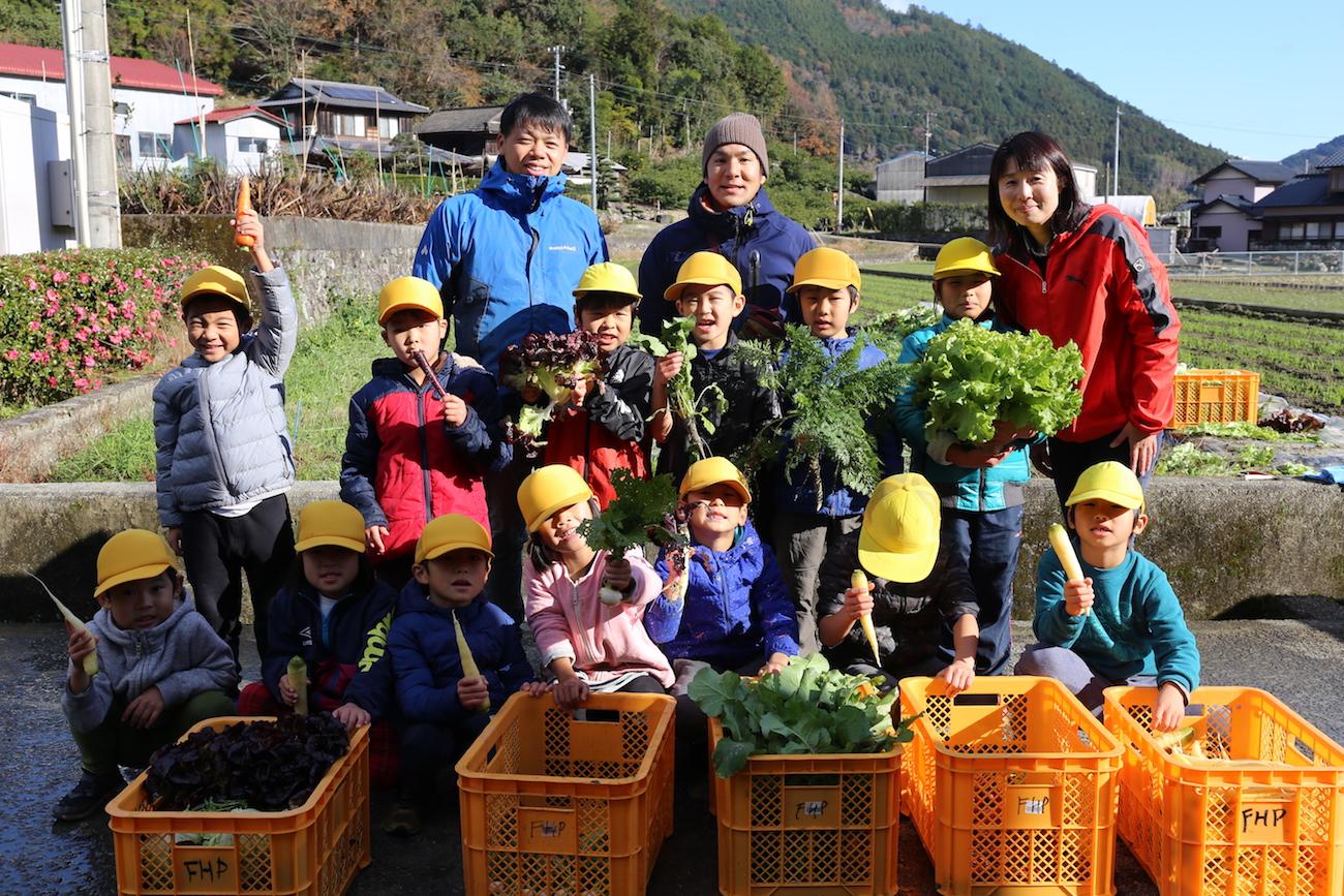 神領小学校1年生、(写真後列右から)武市先生、松本、白桃