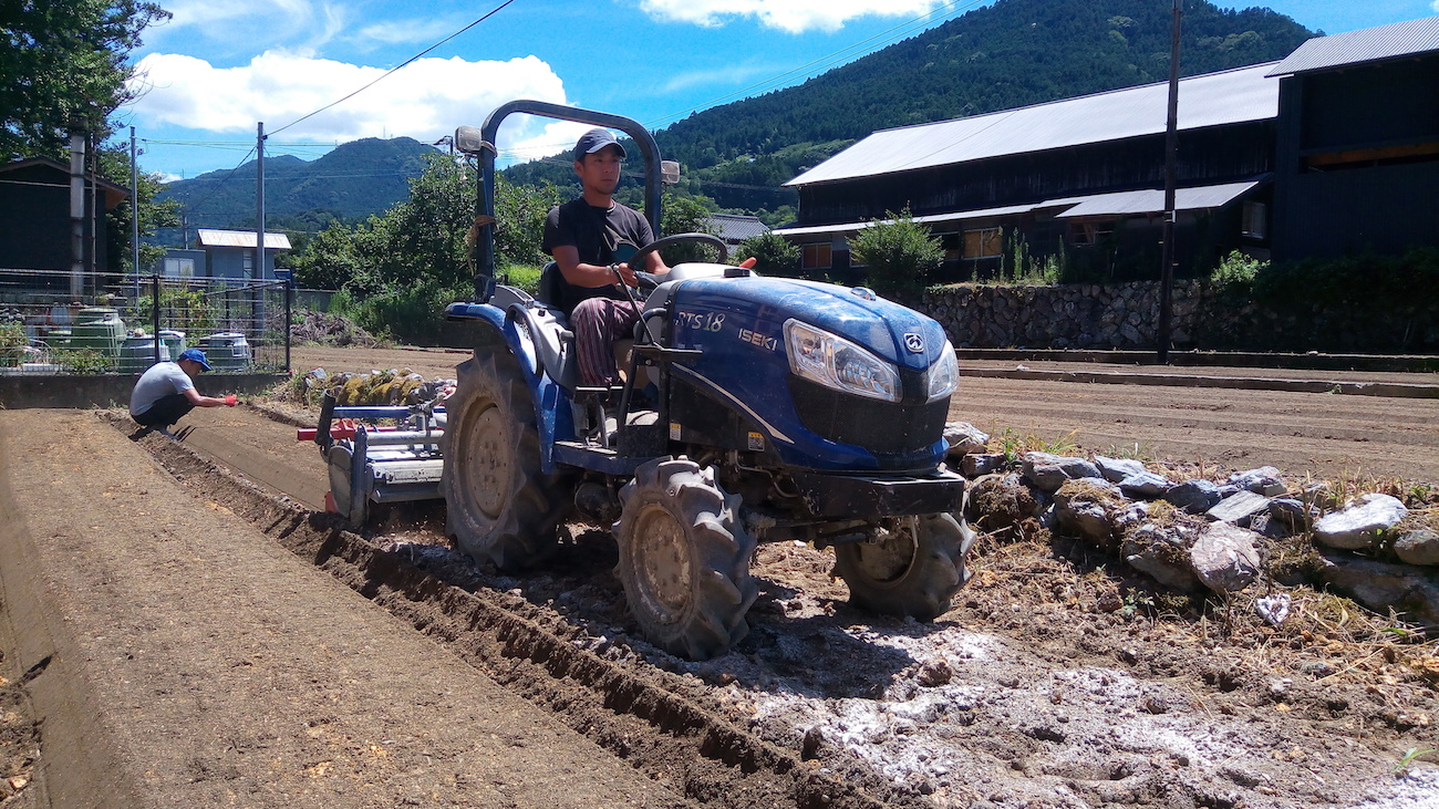 神山に来て覚えたトラクターの運転