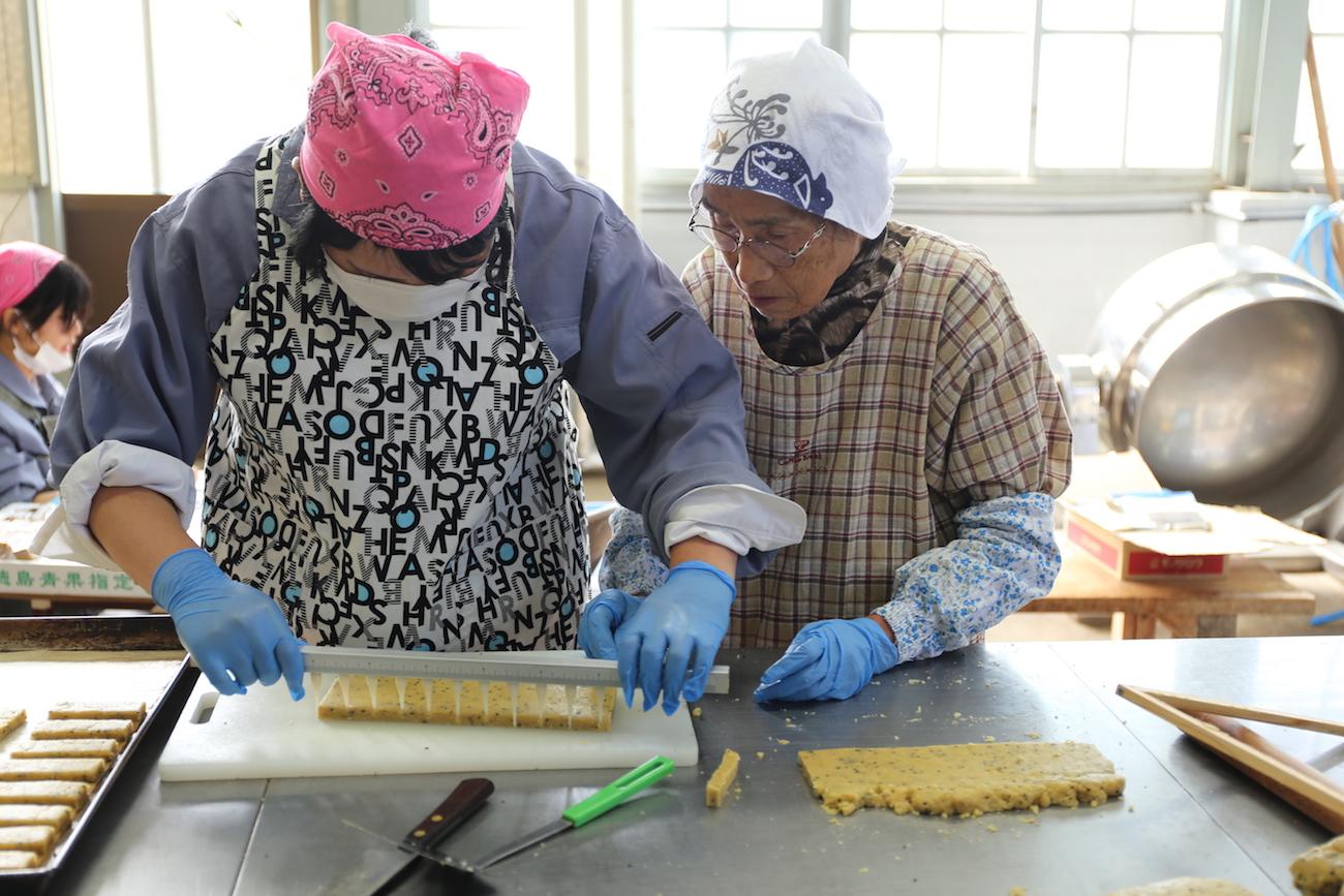 地域のお母さんとカミノウメイトを作る神山分校生活科3年生の生徒