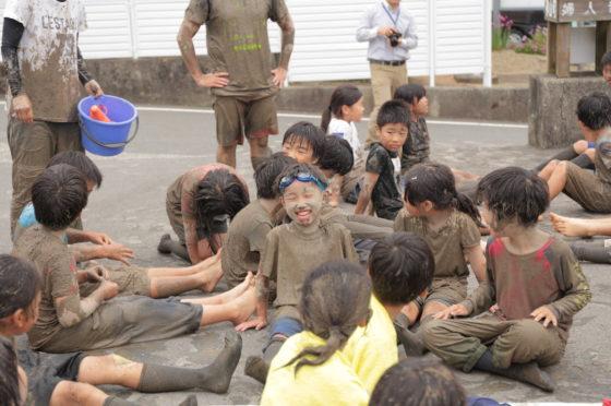 泥だらけになった小学生たち