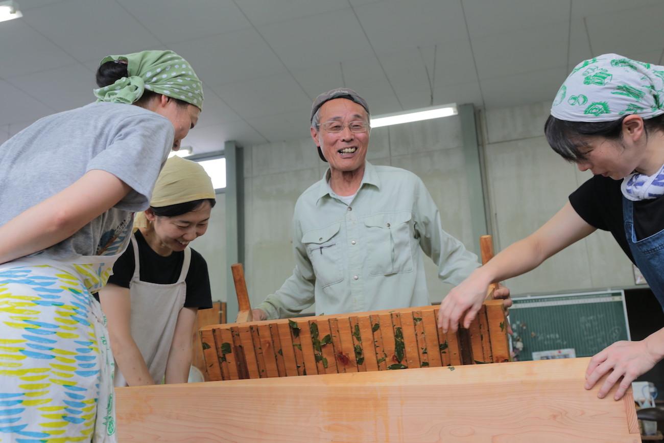 地産地食の学校⑬ 阿波晩茶の茶擦り