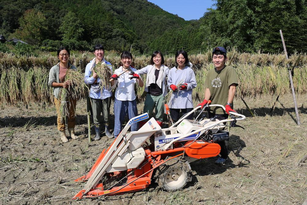 タイミングよく稲刈りに参加できた「米プロ」メンバーと。