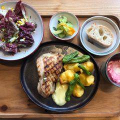 すだち鶏のグリル 神山野菜ロースト添え / はたけのちえ トレビスサラダ / 里山の会 ビーツスープ / きゅうりピクルス / かまパン