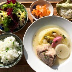 やさいのちえ トレビスとエンダイブのサラダ みかんドレッシング/里山の会 しいたけの天ぷら/つなぐ農園 フレッシュ人参のピクルス/阿波ノ北方農園・里山の会 かま炊きセロリごはん/柚皮マリネの阿波美豚うで肉と白菜、大根のスープ仕立て ゆずと赤玉ねぎサルサベルデ
