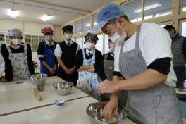 """食農プロデュースコースの調理実習<br/>""""同じ畑の麦を食う"""" 高校生たち"""